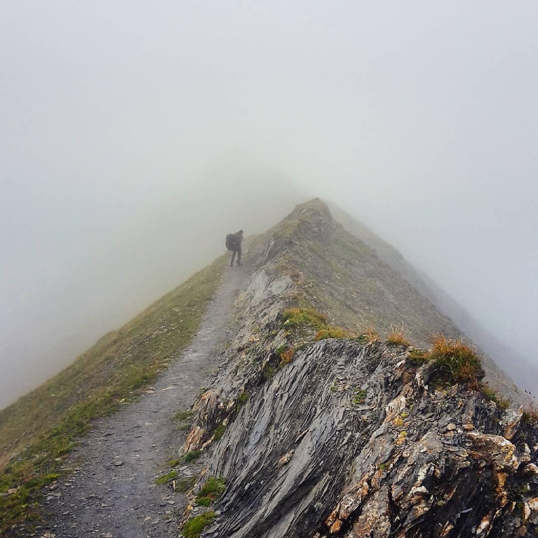 Sur la Crête des Gittes... montée dans les nuages et la bruine après une nuit juste au seuil des 0 degrés... Peu de photos car bcp pluie. Temps sec à partir de mardi. :)